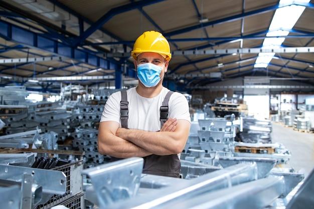 Portret Pracownika Fabryki W Mundurze I Kasku Ochronnym W Masce Na Twarz W Zakładzie Produkcji Przemysłowej Darmowe Zdjęcia