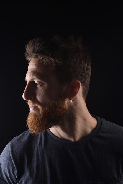 Portret profil poważnego mężczyzny na czarno Premium Zdjęcia