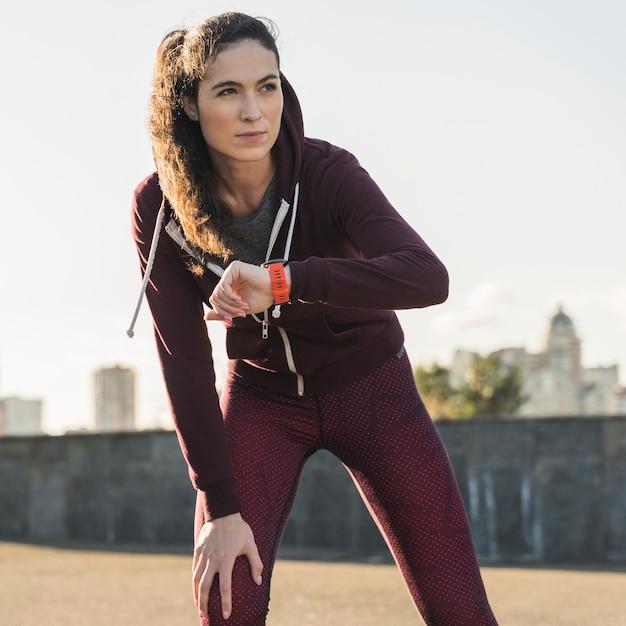 Portret Przygotowywający Dla Jogging Młoda Kobieta Darmowe Zdjęcia