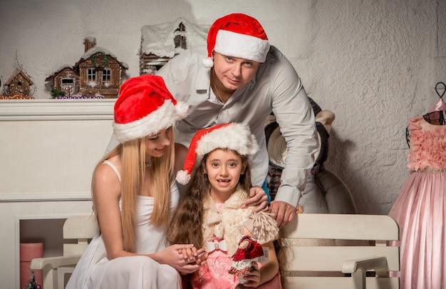 Portret Przyjaznej Rodziny Patrząc Na Kamery W Boże Narodzenie Wieczorem Darmowe Zdjęcia