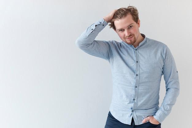 Portret Przystojny Mężczyzna Układa Swoje Włosy Darmowe Zdjęcia