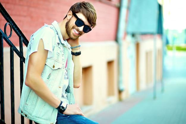 Portret Przystojny Mężczyzna W Ubrania Stylowe Hipster. Atrakcyjny Facet Pozuje Na Ulicy Darmowe Zdjęcia
