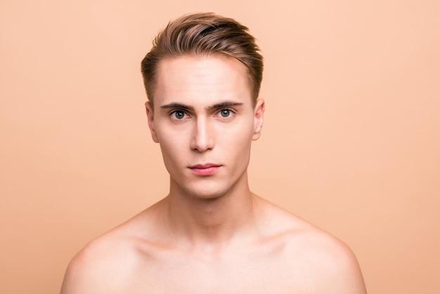 Portret Przystojny Młody Człowiek Na Białym Tle Na Pastelowy Beż Premium Zdjęcia