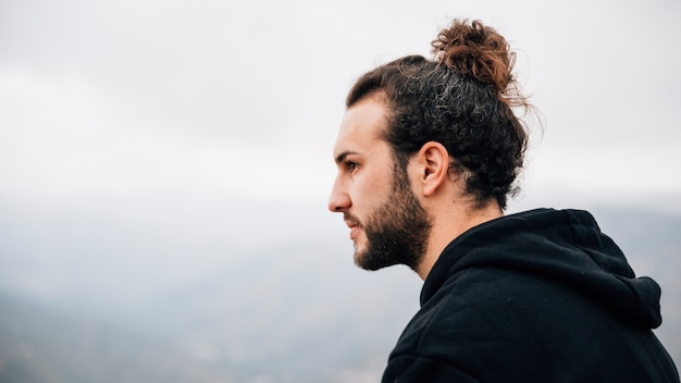 Portret przystojny, młody człowiek, patrząc od hotelu Darmowe Zdjęcia