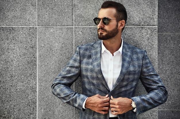 Portret Przystojny Moda Biznesmen Model Ubrany W Elegancki Garnitur Kratkę Darmowe Zdjęcia