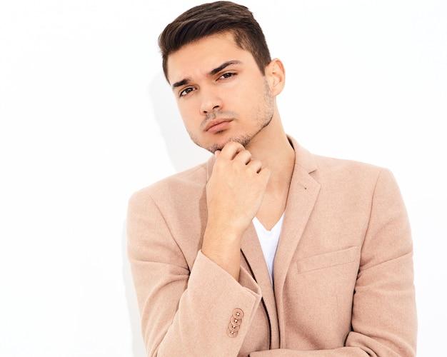 Portret Przystojny Moda Model Stylowy Biznesmen Ubrany W Elegancki Jasnoróżowy Garnitur Pozowanie. Metroseksualny Darmowe Zdjęcia