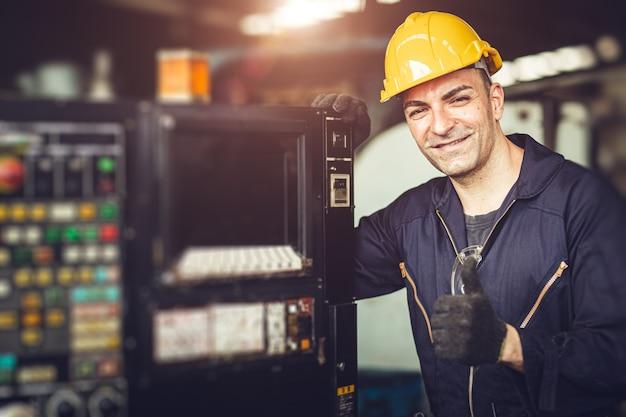 Portret Przystojny Sygnał Kciuk Pracy Z Kombinezonem Bezpieczeństwa Na Panelu Sterowania Maszyny W Fabryce Premium Zdjęcia