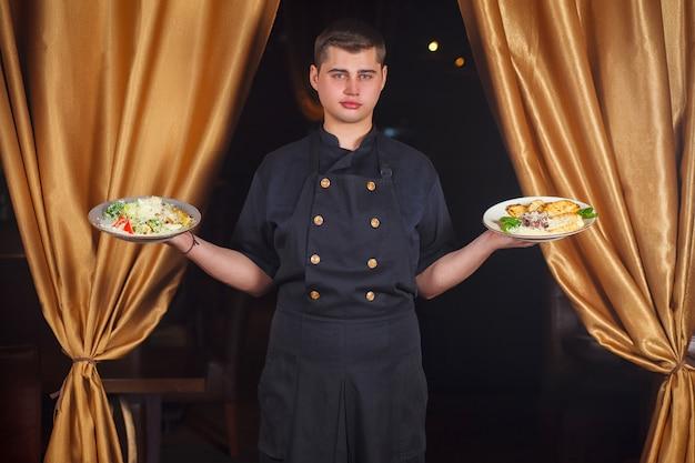 Portret Przystojny Uśmiechnięty Męski Szefa Kuchni Kucharz W Jednolitej Pozyci Premium Zdjęcia