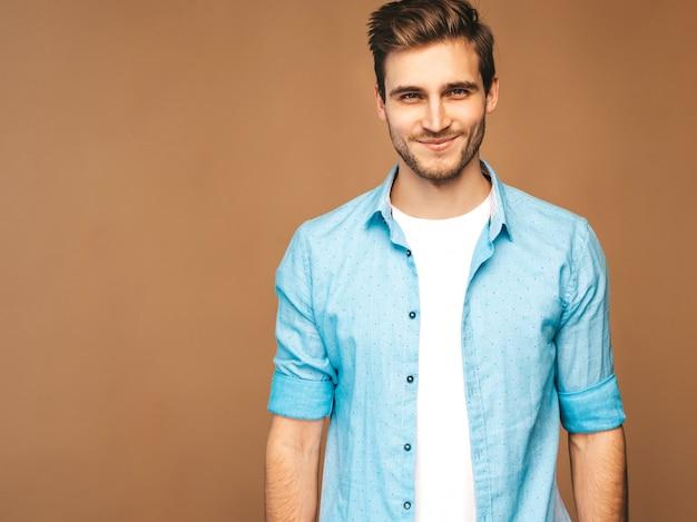 Portret Przystojny Uśmiechnięty Stylowy Młody Model Mężczyzna Ubrany W Niebieską Koszulę Ubrania. Moda Mężczyzna Pozowanie Darmowe Zdjęcia