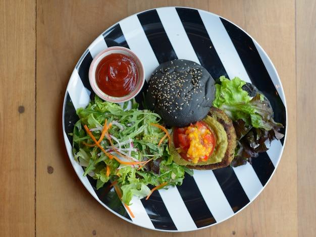 Portret Pysznego Czarnego Burgera W Widoku Z Góry Premium Zdjęcia