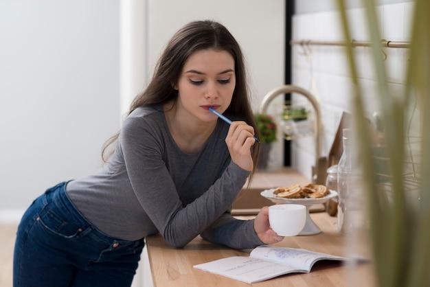 Portret Robi Pracie Domowej Młoda Kobieta Podczas Gdy Mieć Kawę Darmowe Zdjęcia