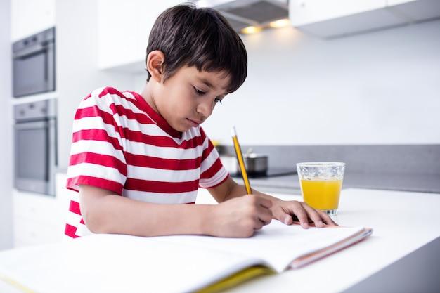 Portret Robi Pracie Domowej W Kuchni Chłopiec Premium Zdjęcia