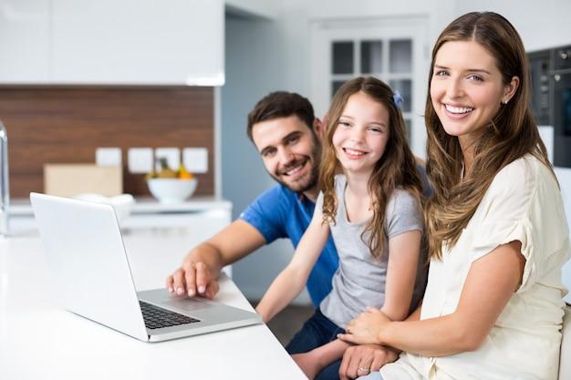 Portret rodziny z laptopem Premium Zdjęcia