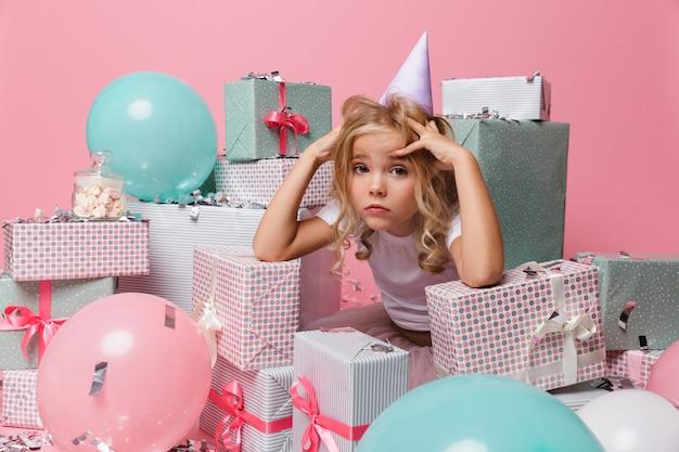 Portret Rozczarowana Mała Dziewczynka W Urodzinowym Kapeluszu Darmowe Zdjęcia