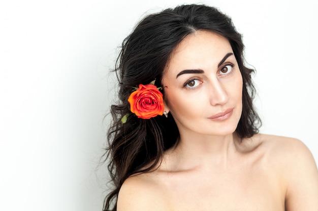 Portret Roześmianej Rudowłosej Dziewczyny Z Pomarańczowymi Różami Premium Zdjęcia