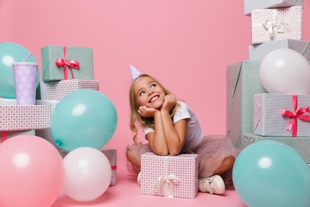 Portret Rozochocona Mała Dziewczynka W Urodzinowym Kapeluszu Darmowe Zdjęcia