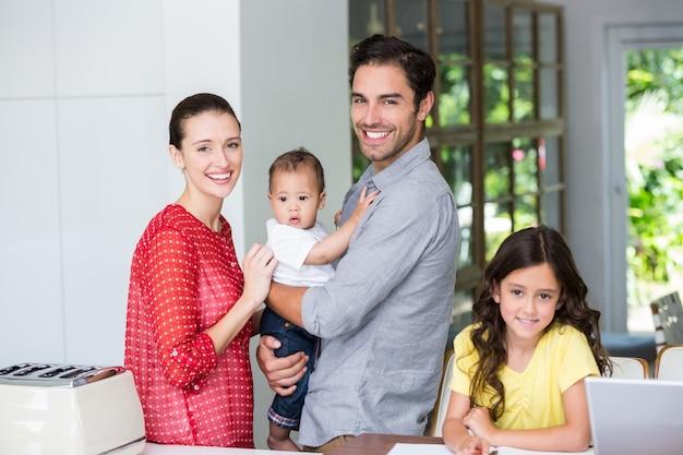 Portret rozochocona rodzina przy biurkiem Premium Zdjęcia