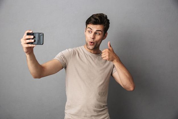 Portret Rozochocony Młody Człowiek W Koszulce Odizolowywającej Premium Zdjęcia
