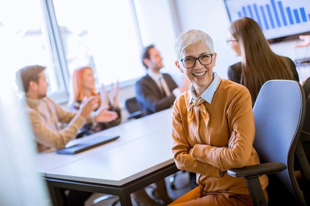 Portret rozochocony starszy bizneswoman w biurze Premium Zdjęcia