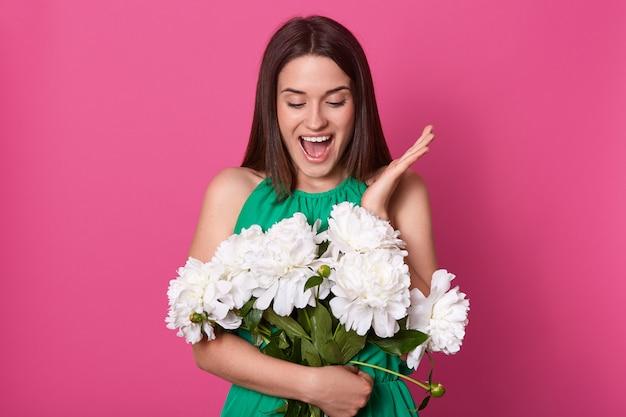 Portret Rozochocony Szczęśliwy Młodej Kobiety Mienia Bukiet Białe Peonie Darmowe Zdjęcia