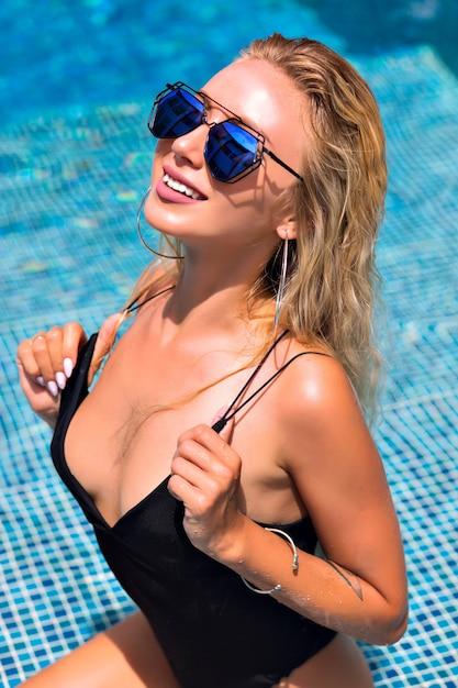 Portret Seksowna Blondynka Na Basenie Darmowe Zdjęcia