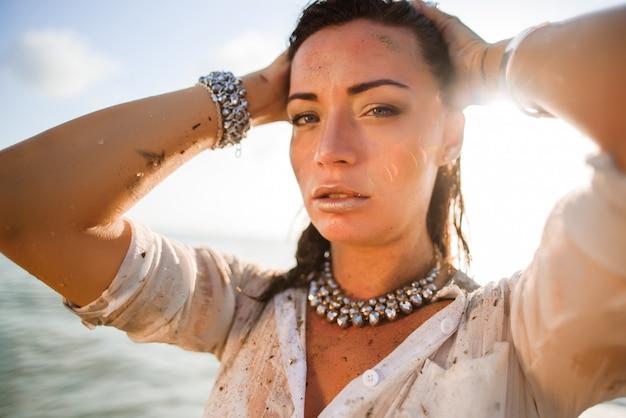 Portret Seksowna I Piękna Kobieta Na Plaży Premium Zdjęcia