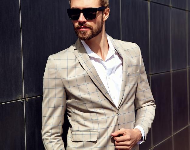 Portret Seksowny Przystojny Mężczyzna Ubrany W Elegancki Beżowy Garnitur W Kratkę Darmowe Zdjęcia