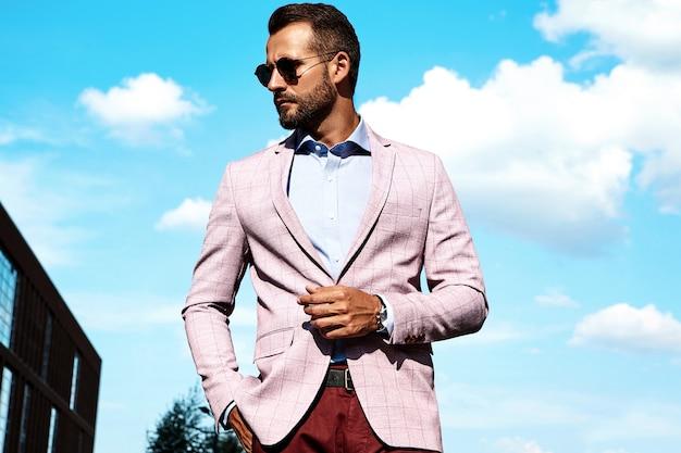 Portret Seksowny Przystojny Moda Biznesmena Model Ubierał W Eleganckim Kostiumu Pozuje Na Ulicznym Tle. Metroseksualny Darmowe Zdjęcia
