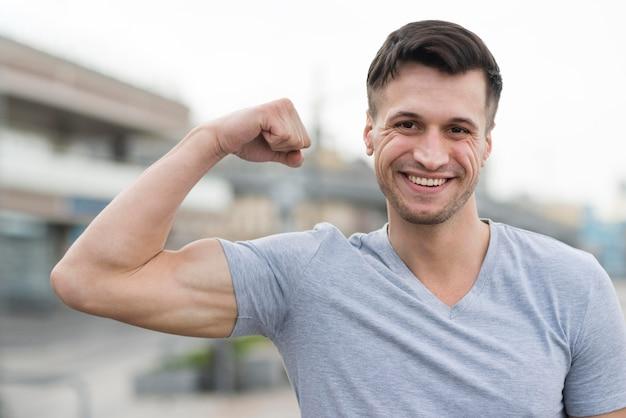 Portret Silnego Człowieka Uśmiecha Się Darmowe Zdjęcia