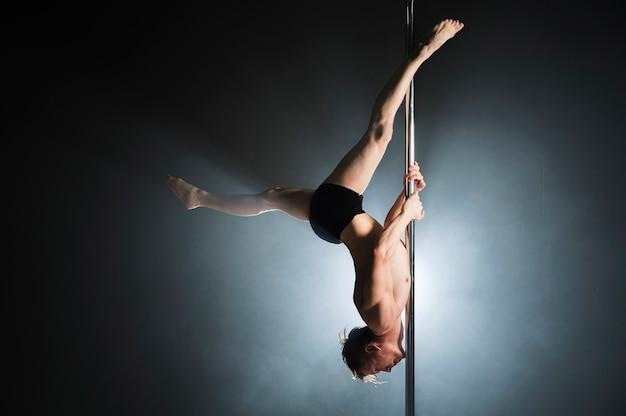 Portret Silnego Modelu Mężczyzna Wykonujący Taniec Na Rurze Darmowe Zdjęcia