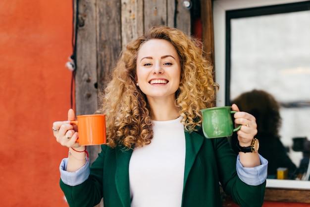 Portret śliczna kobieta z czystą skórą ma stylową fryzurę ubierającą w zielonej kurtce. Premium Zdjęcia