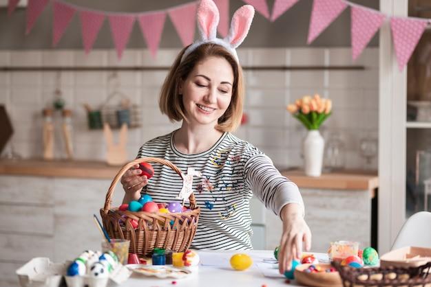 Portret śliczna Matka Przygotowywa Kosz Z Jajkami Darmowe Zdjęcia