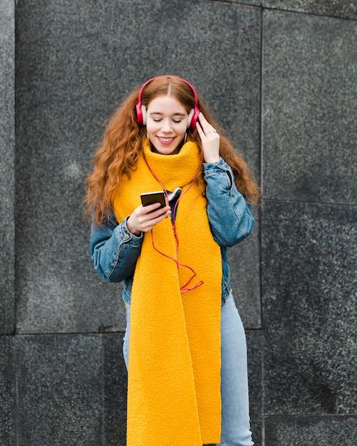 Portret śliczna Młoda Dziewczyna Słucha Muzyka Darmowe Zdjęcia