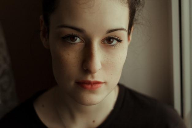 Portret śliczna Młoda Kobieta Z Dużymi Brown Oczami I Piegami. Biała Skóra. Piękny. Premium Zdjęcia