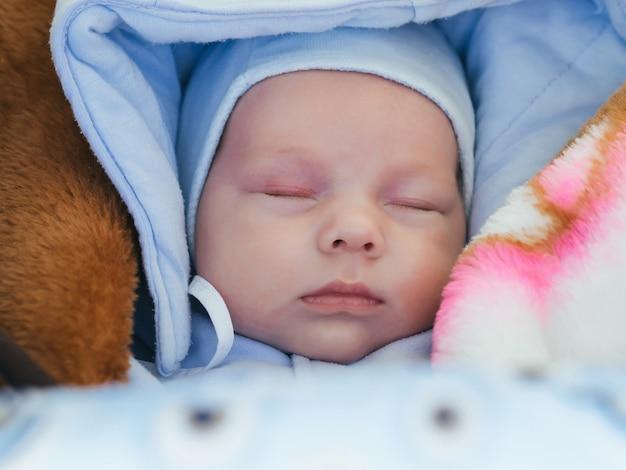 Portret ślicznego sypialnego nowonarodzonego chłopca Premium Zdjęcia