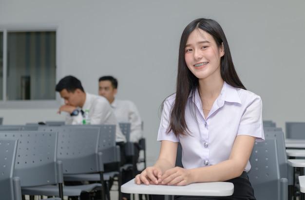 Portret śliczny azjatykci dziewczyna uczeń z brasami na zębach Premium Zdjęcia