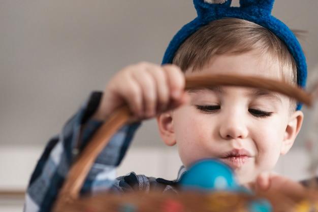 Portret śliczny Chłopiec Mienia Kosz Darmowe Zdjęcia