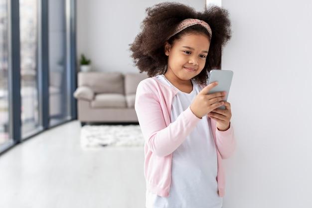 Portret śliczny Młodej Dziewczyny Mienia Telefon Komórkowy Darmowe Zdjęcia