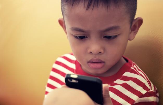 Portret śliczny Młody Azjatycki Dzieciak W Tajlandia Premium Zdjęcia