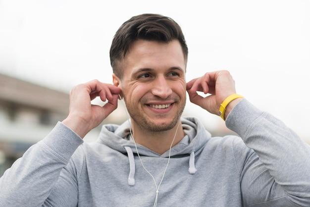 Portret Słucha Muzyka Dorosły Mężczyzna Darmowe Zdjęcia