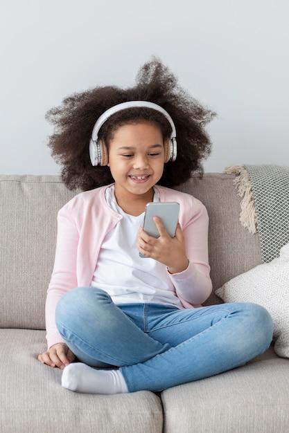 Portret Słucha Muzyka W Domu śliczna Dziewczyna Darmowe Zdjęcia