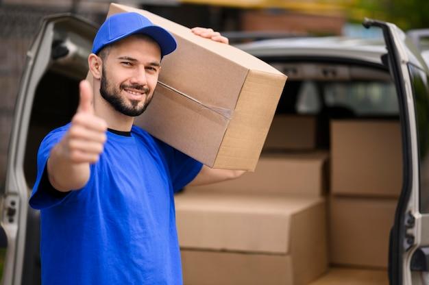 Portret Smiley Doręczeniowy Mężczyzna Pokazuje Kciuk Up Premium Zdjęcia