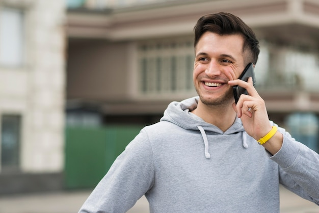 Portret Smiley Mężczyzna Rozmawia Przez Telefon Darmowe Zdjęcia