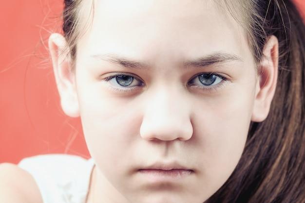 Portret Smutnej I Obrażonej Dziewczyny. Pojęcie Krzywdzenia Dzieci. Premium Zdjęcia