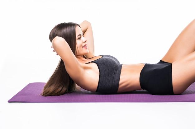 Portret Sprawności Fizycznej Kobieta Robi Abs ćwiczy Odosobnionego Na Bielu Darmowe Zdjęcia