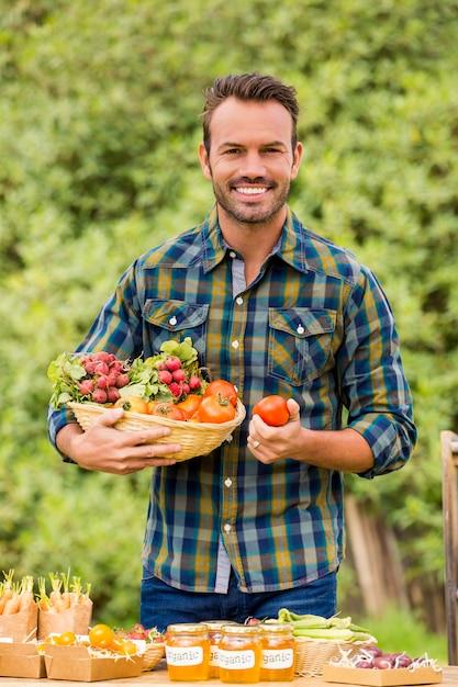 Portret sprzedaje organicznie warzywa młody człowiek Premium Zdjęcia