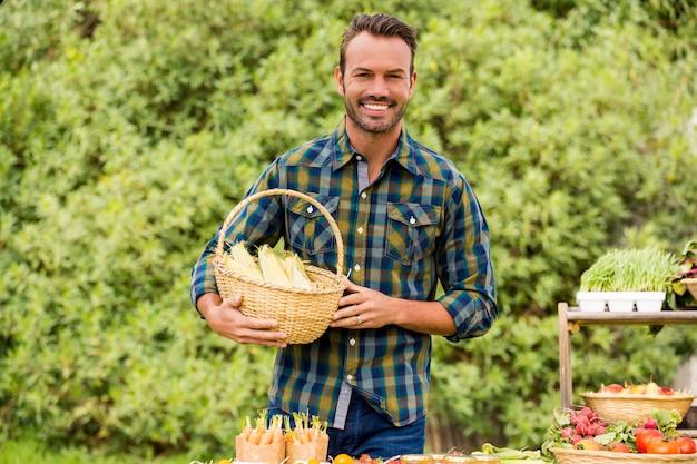 Portret sprzedaje organicznie warzywa szczęśliwy mężczyzna Premium Zdjęcia