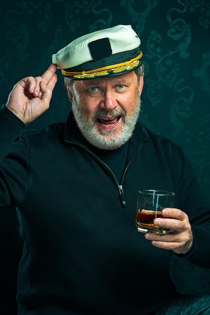 Portret Starego Mężczyzny Kapitana Lub Marynarza W Czarnym Swetrze Darmowe Zdjęcia