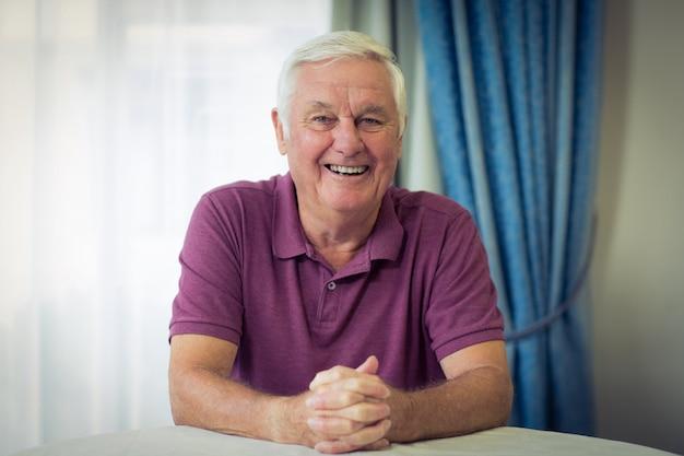 Portret Starszego Mężczyzna Obsiadanie W Klinice Medycznej Premium Zdjęcia