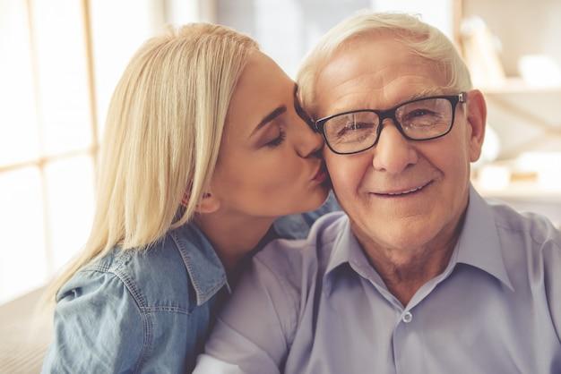 Portret stary człowiek i młoda dziewczyna Premium Zdjęcia